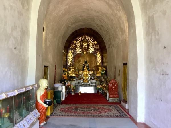 基壇の奥の仏像