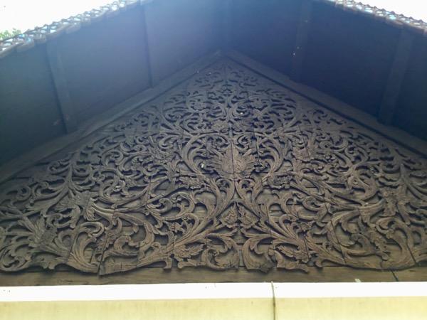 ワット・チェット・ヨードの布施堂の彫刻が見事な木製の妻側