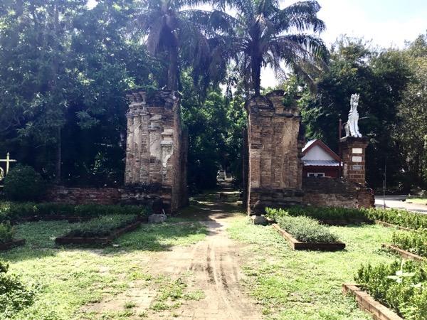 ワット チェット ヨードの創建当時のままを維持されている化粧しっくい門