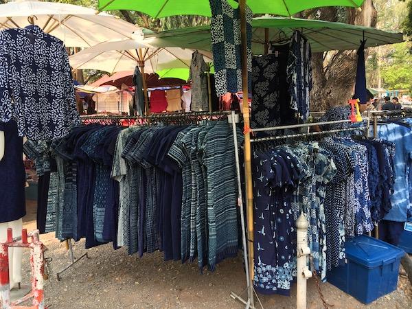 チェンマイ大学の裏門広場で月5回開催されるフリーマーケットの染物