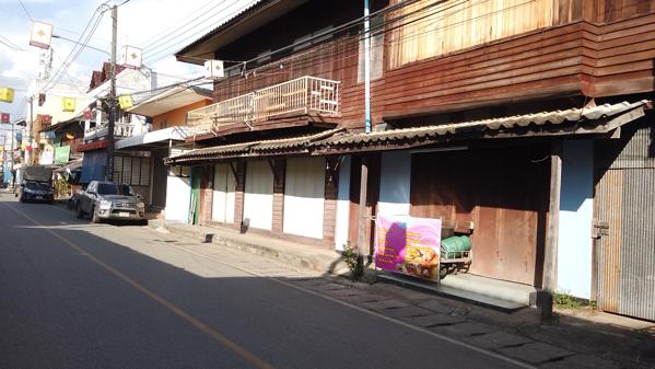 メーサリエンのメインストリートに立ち並ぶ木造平家
