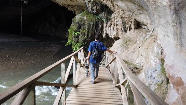タム・ロート洞窟の祠の入り口