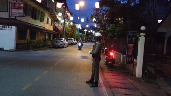 メーサリエンの警察官ー手信号による交通整理の様子