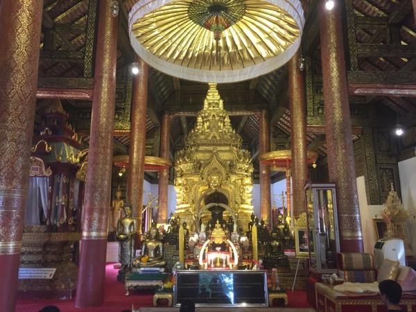 チョムトーン寺院の中央礼拝堂内
