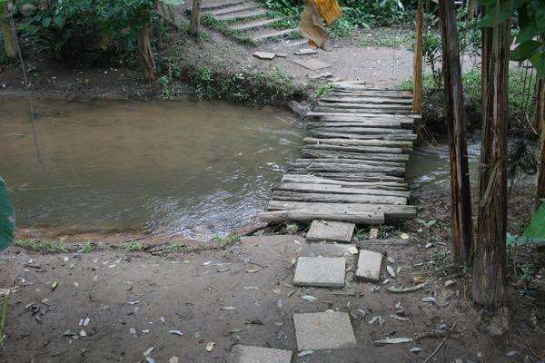 Zombie Cafeの入り口にかかる橋