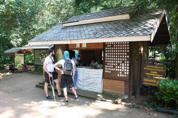 タム・ロート洞窟のガイドを手配する場所