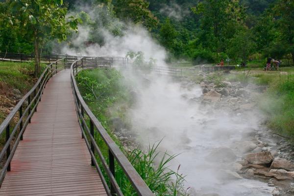 ペーン温泉の温泉地帯にかかる橋