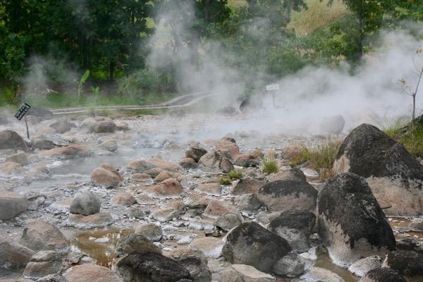 ペーン温泉の河原のあちこちでぶくぶくと吹き出す温泉