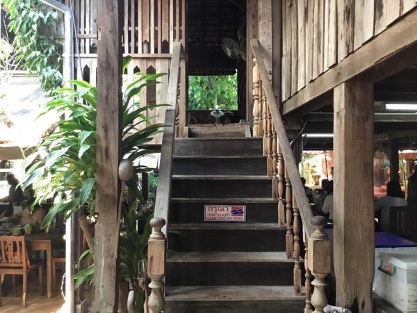 フアン・ジャイ・ヨーンの2階に続く階段