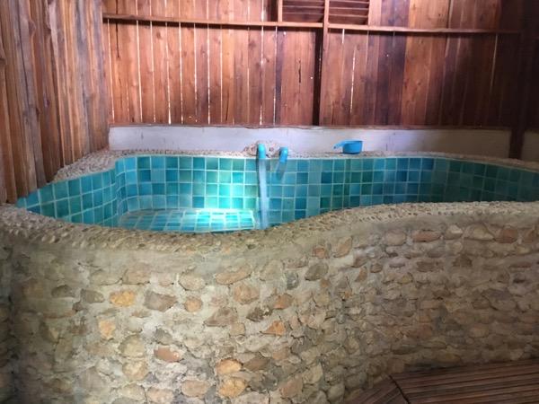 メー・ウムローン温泉のかなりでかい浴槽
