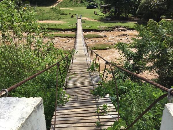 メーサリアンの秘境温泉の吊り橋
