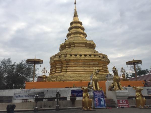 チョムトーン寺院のランナー様式のきらびやかな仏塔