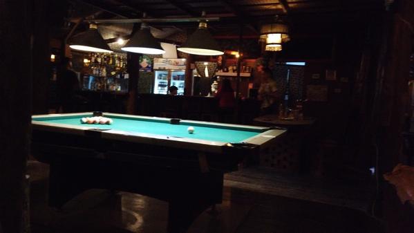 Sawaddee Restaurant & Barのビリヤード台とバーカウンター