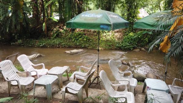 Zombie Cafeの川沿いに設けられたテラス席