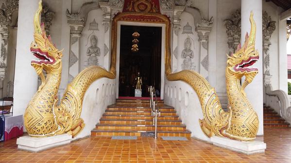 ワット・チェディルアンの礼拝堂を護る2匹のナーガ(蛇神)