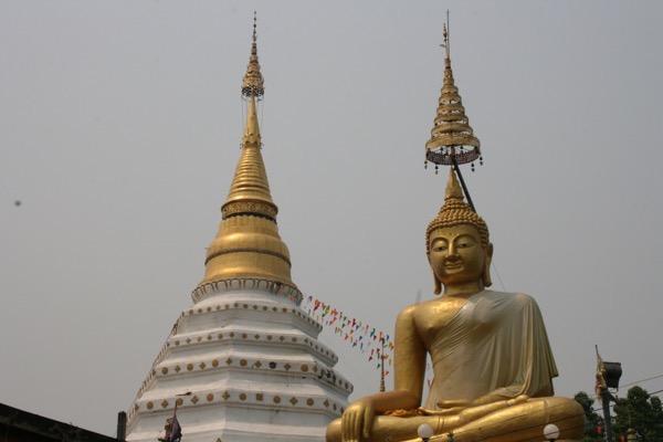 ワット・チェンユーンの巨大仏と仏塔