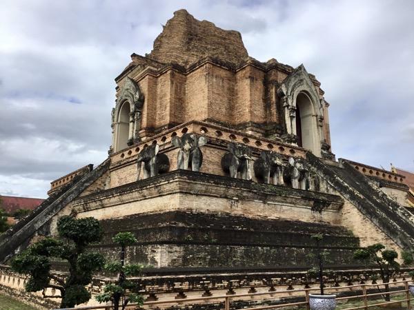 ワット・チェディルアンの仏塔の基壇を取り囲む28頭の象
