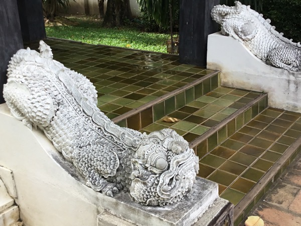 お堂を護るヒマパーン(神話の森)に住む珍獣