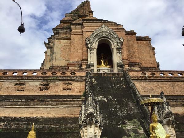 ワット・チェディルアンの仏塔の階段の両脇のナーガ