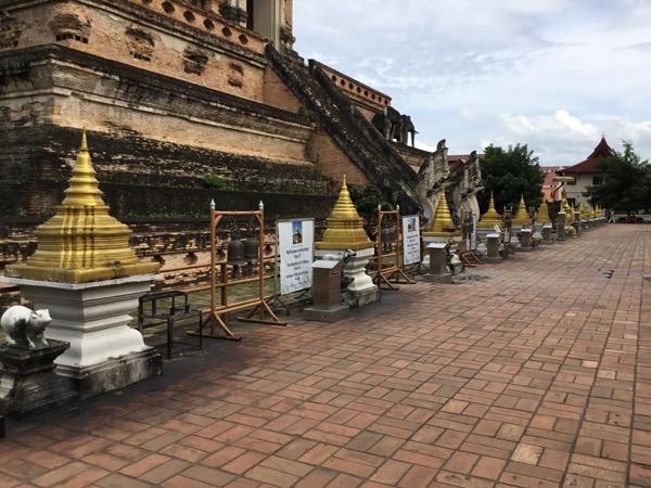 ワット・チェディルアンの仏塔の裏に並んでいる十二支仏塔のレプリカ