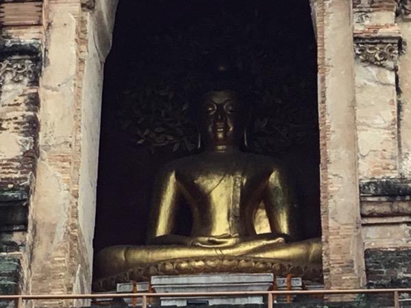 ワット・チェディルアンの仏龕に祀ってある仏像