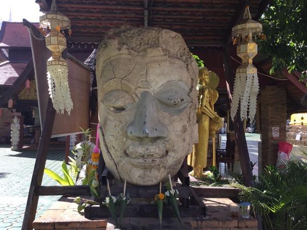 ワットジェットリンの頭だけの仏像