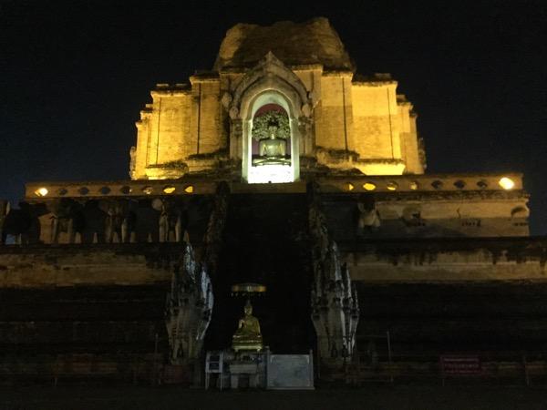 ライトアップされた巨大仏塔