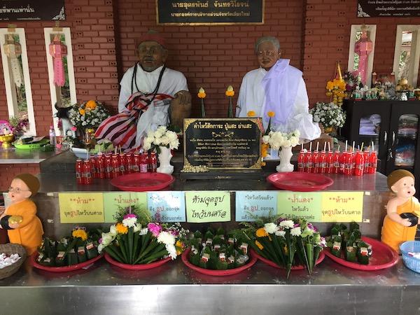 ワット・プラタート・ドーイカムにつながる山道の脇の祠に祀ってある鬼神プーセとヤーセ