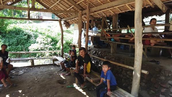 首長族の村(フアイプーケン村)の船着場でたむろしている村人