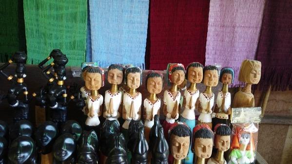木彫りの首長族(一体100バーツ〜150バーツ)