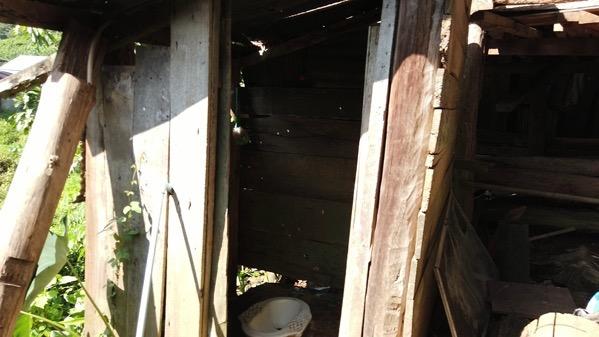 首長族の村のトイレ