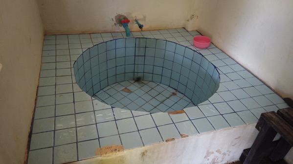 ポーン・ブア・バーン温泉の個室の円形タイル浴槽