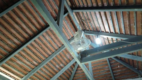 ポーン・ブア・バーン温泉の天井にある扇風機