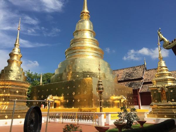 ワット・プラシンの龍年を象徴する黄金の仏塔
