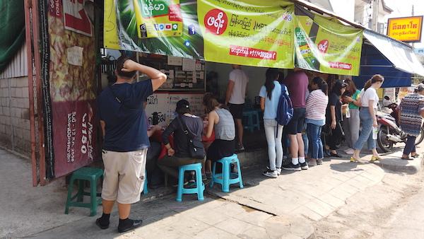 カーオソーイ・ルンブラキットのお店の前に並ぶ人々