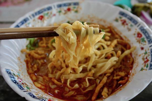 カーオソーイ・ルンプラキットのちぢれ麺