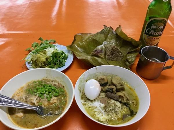 カノムチンナームヤー20B グリーンカレー(麺)+半熟玉子30B 豚の血飯10B
