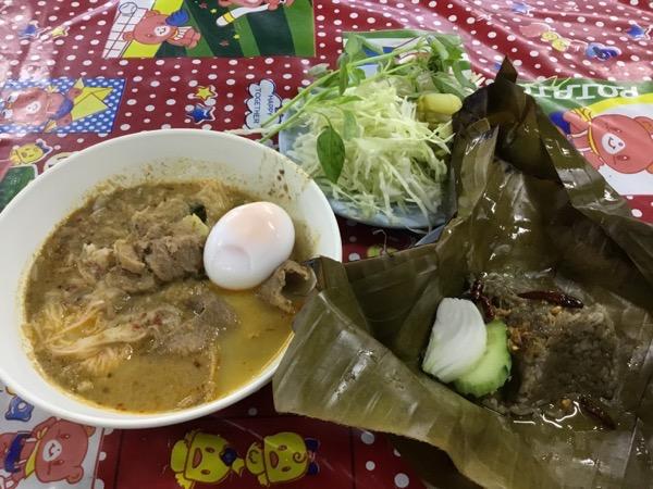 ゲーンプアクムー(麺)+半熟玉子30B 豚の血飯10B