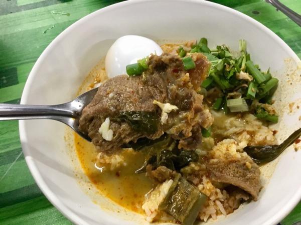 カノムジーンサンパコーイのゲーンプアクヌアの牛肉