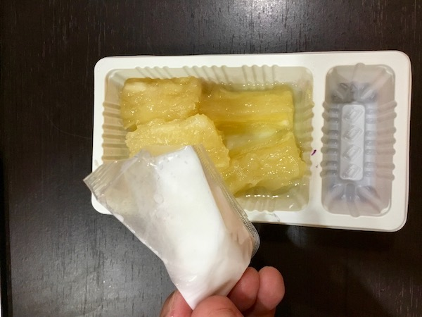 タイのコンビニのキャッサバ芋に同封されているココナッツミルクソース