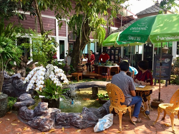 サーイユット キッチンの中庭のウェイティングスペース