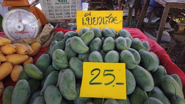 ローカル市場に並ぶキイアオサオイ(1kg25B)