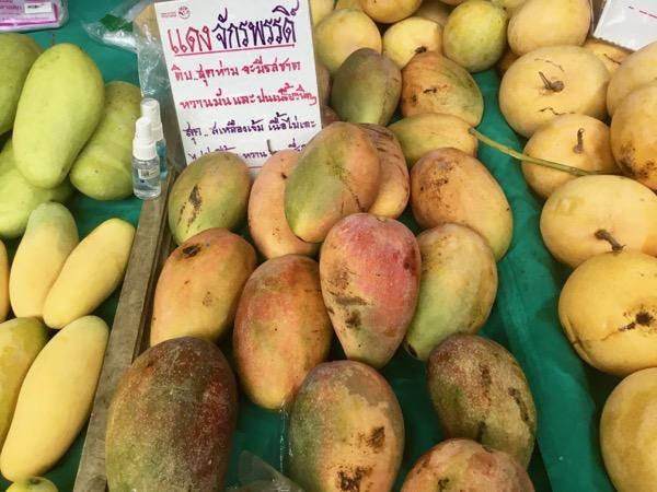 タイのローカル市場に並ぶデーンチャックラパット