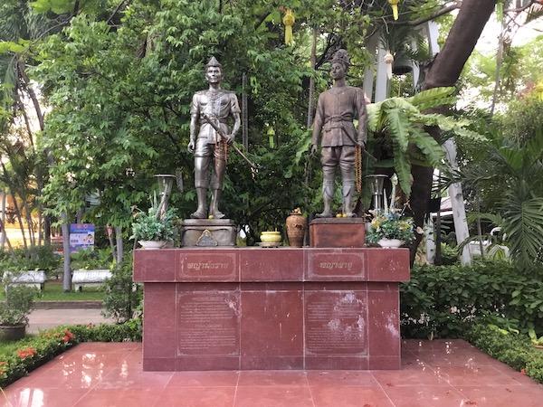 ワットプラシンにたっているランナー王朝の創始者マンラーイ王とランナー王朝5代目パーユー王の記念碑