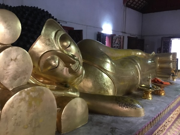 ワットプラシンのウィハーンプラノーンに安置されているサイヤート仏(涅槃像)
