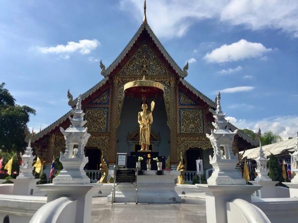 ワットプラシンの高僧クルーバーシーウィチャイの記念像