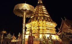 ライトアップされるドイステープ寺院の夜間参拝