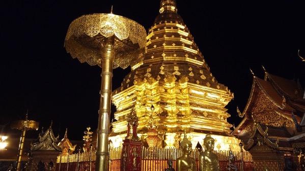 ドイステープ寺院の漆黒の暗闇に浮かび上がる黄金の仏塔