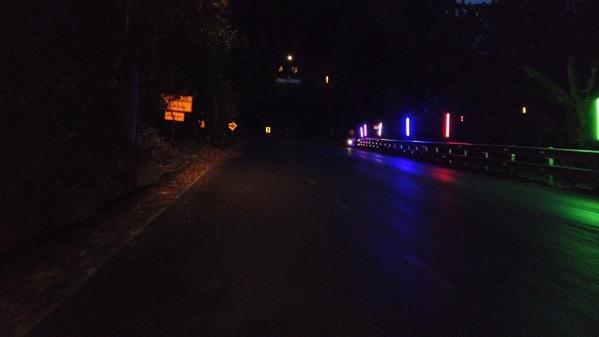 夜間のドイステープ寺院の参拝道路