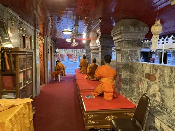 ドイステープ寺院の仏舎利塔前での読経風景